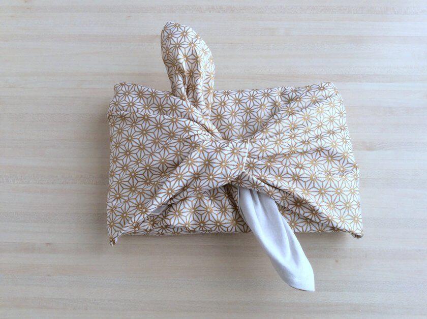 tuto pour empaqueter des cadeaux avec du tissu Furoshiki