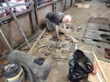 <h5>Röbi sucht die Befestigungen des Trafos</h5><p>Um den Transformator ausbauen zu können muss der ganze Wagenboden über dem Trafo  entfernt werden.</p>