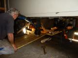 <h5>Schwieriger Ausbau </h5><p>Es ist ein Kunststück die schweren Komponenten unter dem Wagenboden auzubauen und verschiedene Tricks müssen angewendet werden</p>