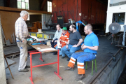 <h5>Schulung</h5><p>Röbi vermittelt die Montagerichtlinien und Massnahmen zur Unfallverhütung seinen Kollegen</p>