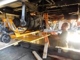 <h5>Der Kompressor wird ausgebaut</h5><p>Marco beim Ausbau des schweren Kompressors</p>