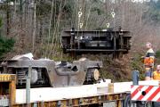 <h5>Das schwebende Drehgestell</h5><p>Präzise werden die beiden Drehgestelle auf dem Sattelschlepper plaziert</p>