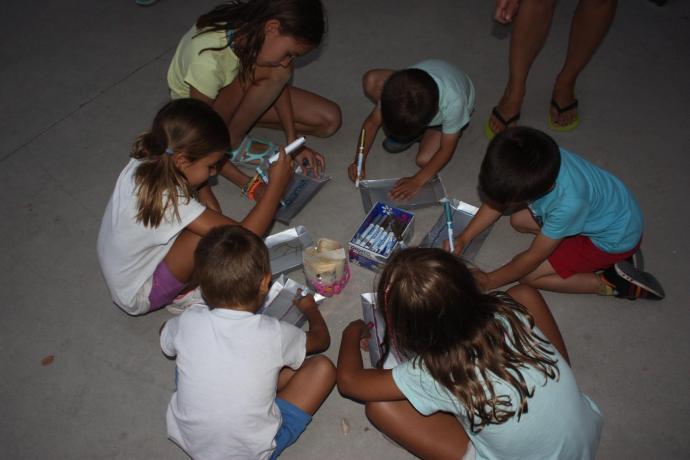 Ahí estuvieron los niños y niñas, pero también jóvenes y mayores, participando juntos y de forma activa, trabajando habilidades sociales, colaborando en la decoración de su pueblo en fiestas.