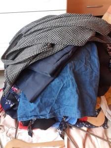 Vêtements gardés de la pile à voir