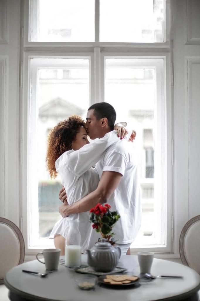 Couple heureux minimaliste