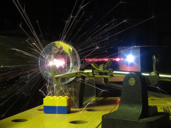 LaserMaker: Come costruirsi un LASER nel proprio garage