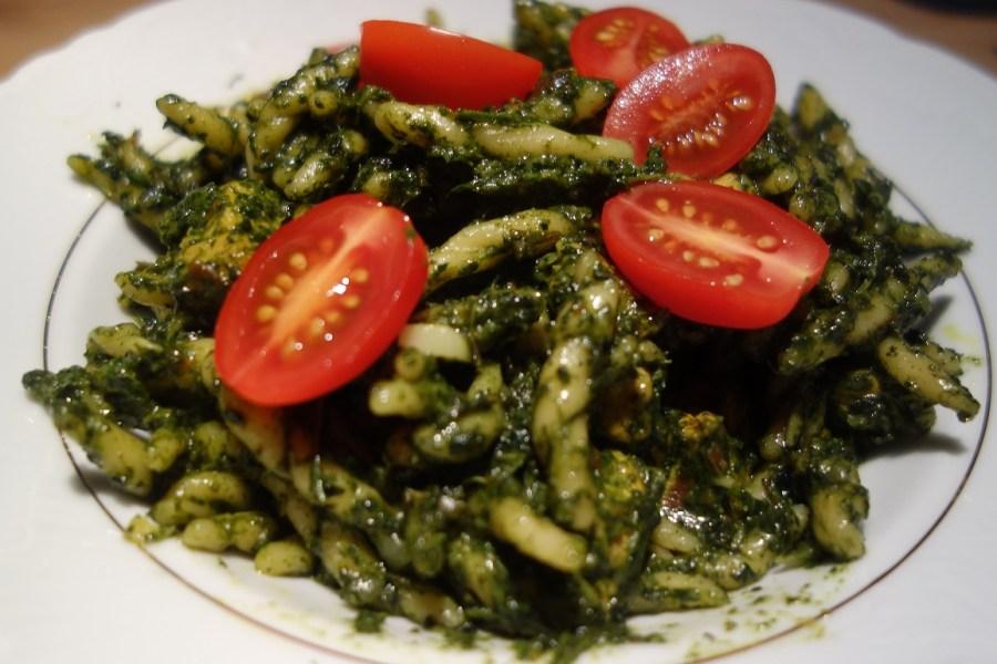 Makaron ze świeżym szpinakiem i pomidorkami suszonymi