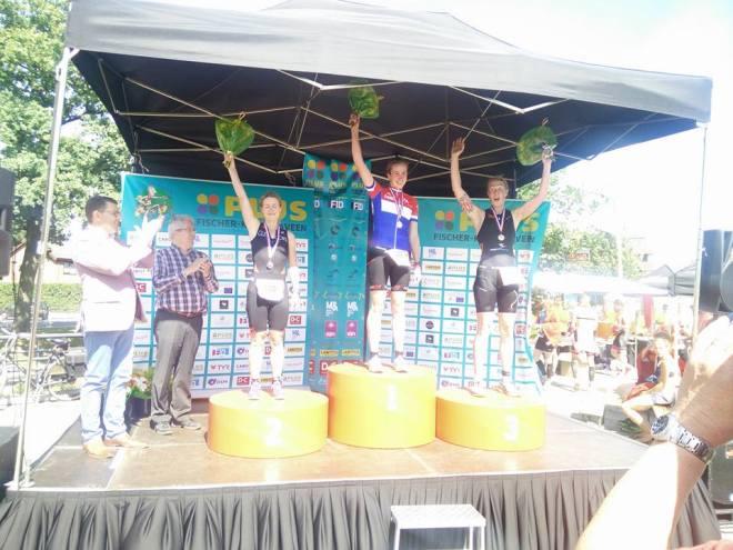 Sarissa De Vries op het podium van het NK in Klazienaveen (foto: Arjan Schilder)