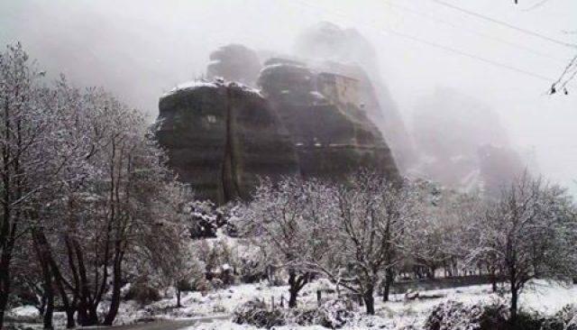 Αποτέλεσμα εικόνας για Μαγικές εικόνες από τα χιονισμένα Μετέωρα