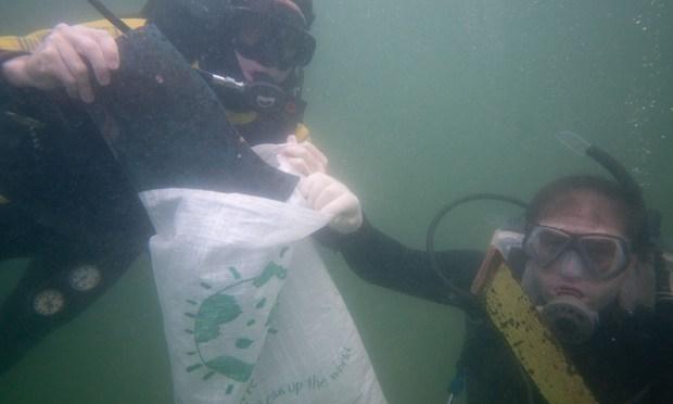 Mergulhadores fazem coleta de lixo no mar da Praia Vermelha