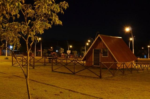 Visão noturna da praça central de Roncador