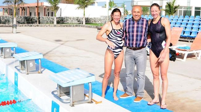 Daniela Ryf y Nikola Spirig, triatletas internacionales, entrenan juntos bajo el sol de España.