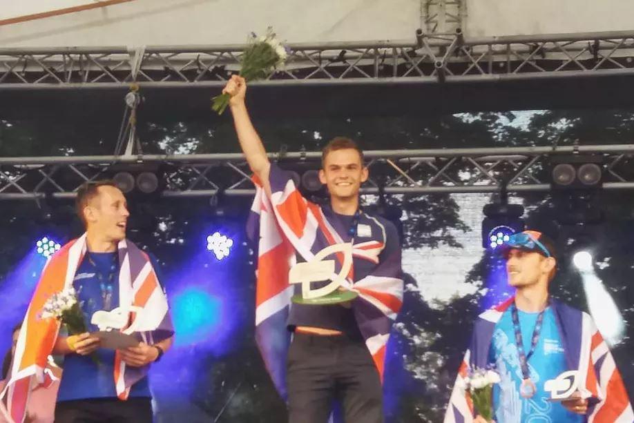 Triatleta abiertamente gay gana el título del grupo de edad en los campeonatos europeos.