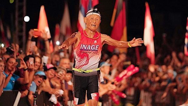 Triatleta de 86 años logra récord histórico en Hawai.