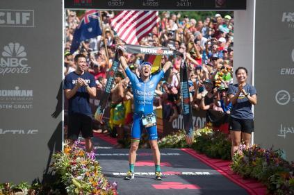Patrick Lange al llegar a la meta y establecer un nuevo récord del evento.
