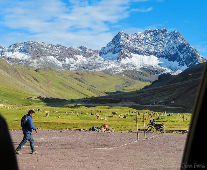 parking lot of trailhead to Rainbow Mountain Peru