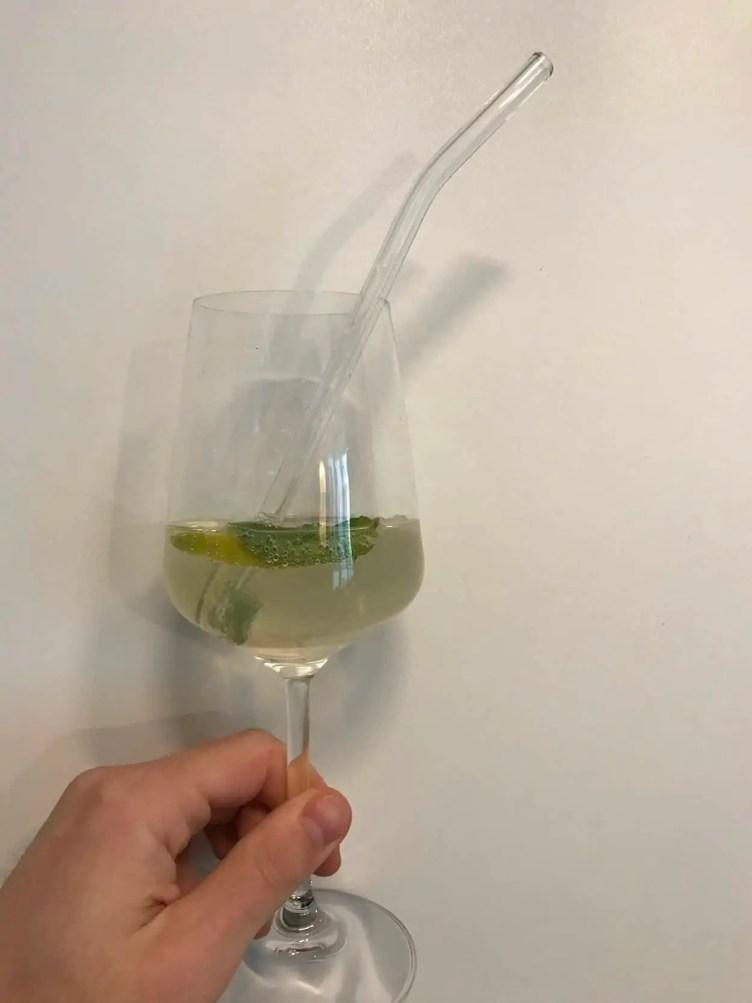 Gesprudelter Litschiwein mit Drinkmate und Glasstrohhalm