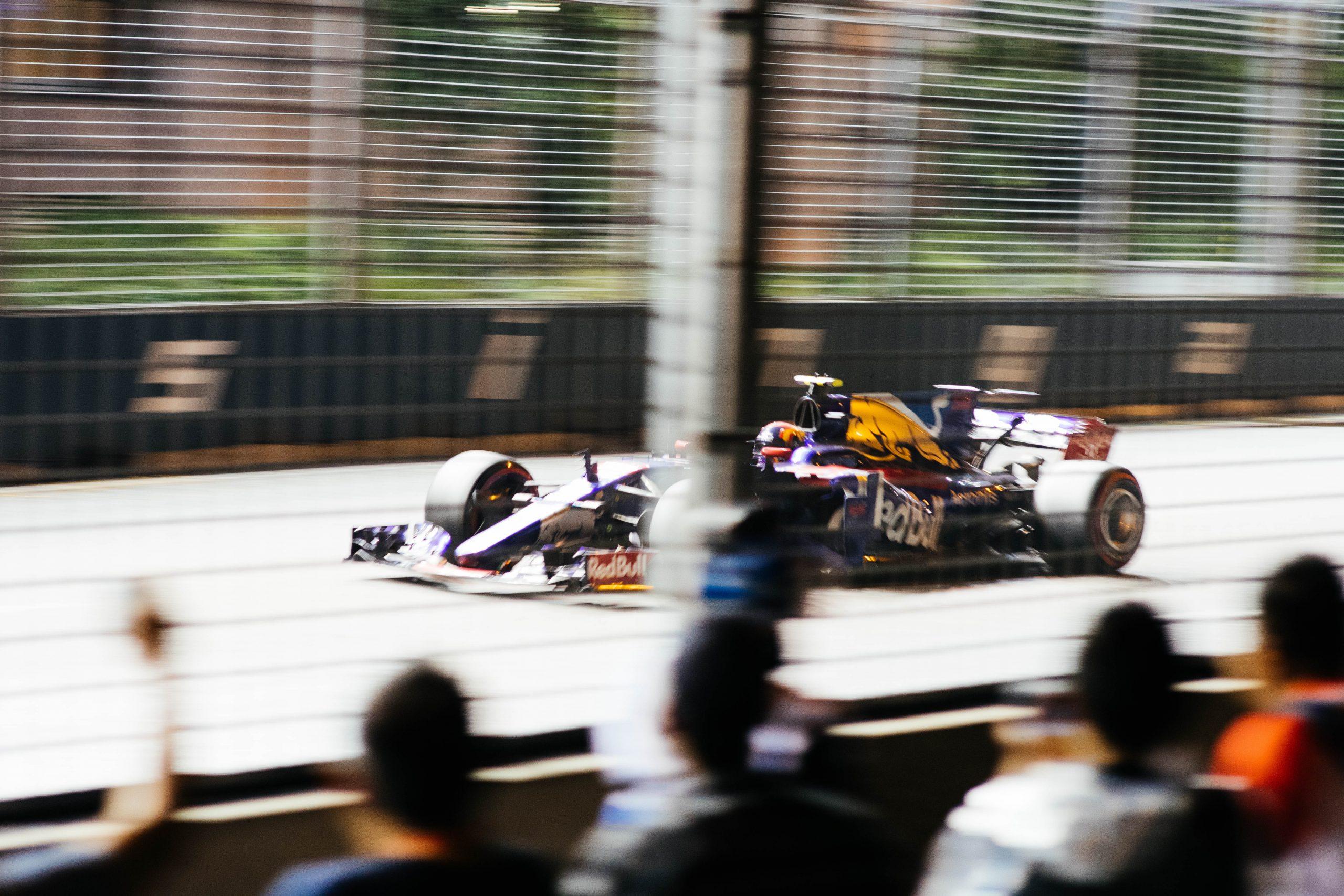 Hamilton supera a Verstappen en medio del drama tardío