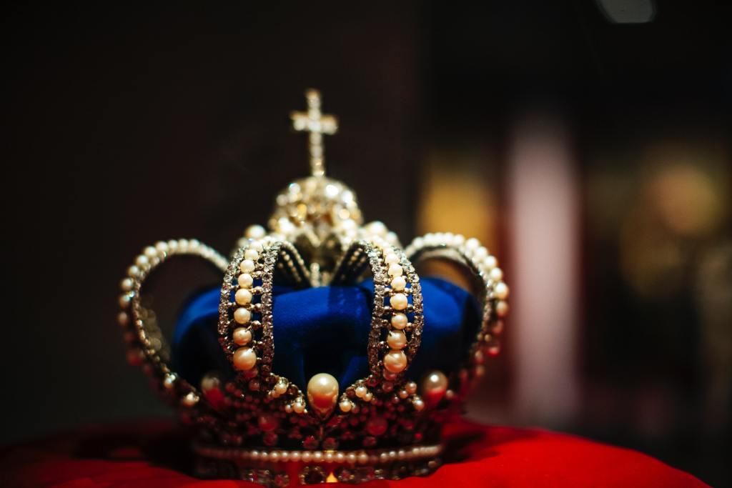 «Spencer» a devolverle la realeza a la corona