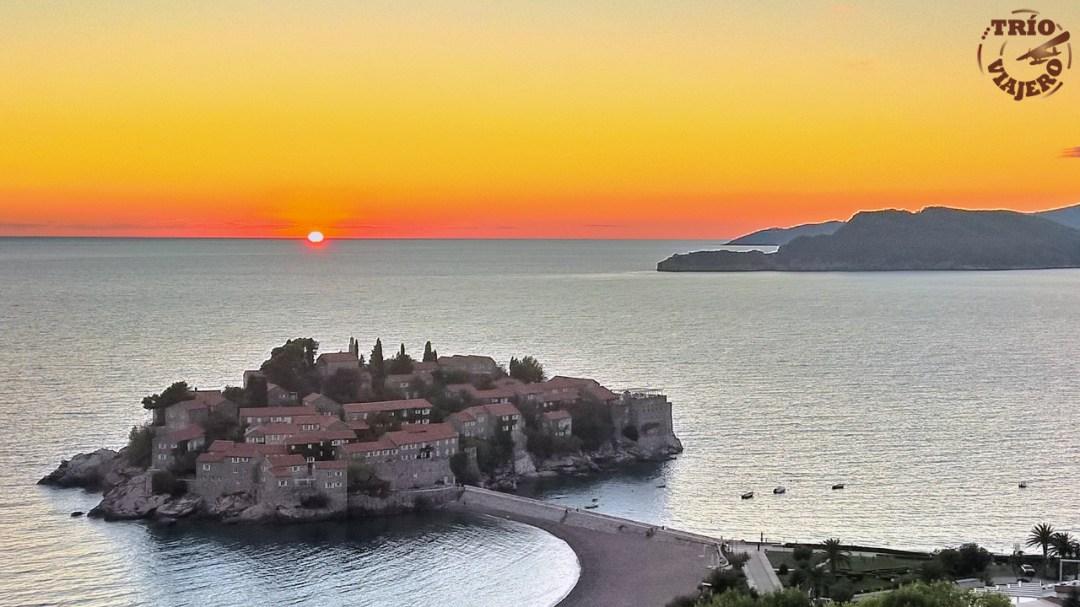 Puesta de sol en Sveti Stefan (Montenegro)
