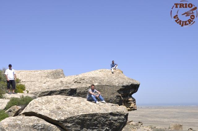 Trío Viajero en el Parque nacional de Gobustán, Azerbaiyán