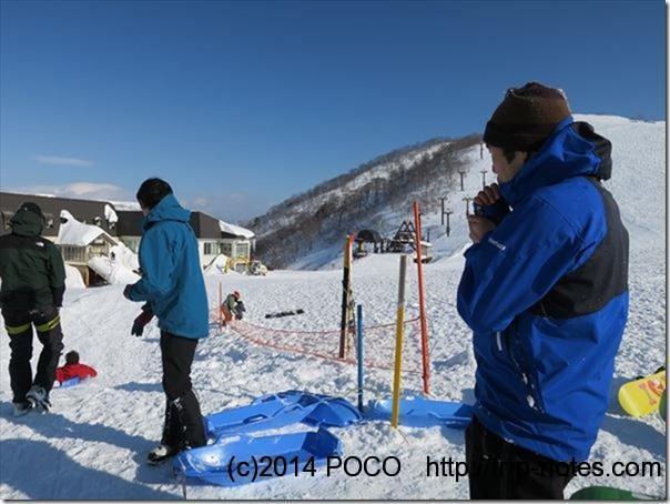 天神平スキー場でソリ遊び