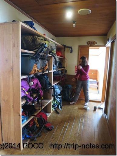 西穂山荘_レストハウスの通路の荷物棚