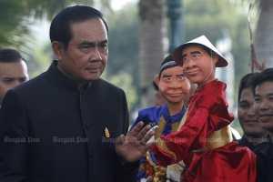 18 апреля премьер-министр Прайют Чан-о-ха смотрит на марионетку в Доме правительства, чтобы продвинуть Фестиваль марионеток Асеан.