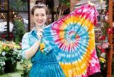 Kaus tie dye atau jumputan merupakan usaha rumahan yang akan memberikan keuntungan besar. Setujukah kamu dengan informasi tersebut? Jelaskan alasannya!