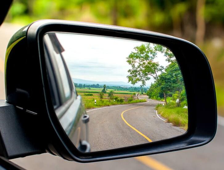 Mengapa kaca spion kendaraan bermotor menggunakan cermin cembung? Jelaskan!
