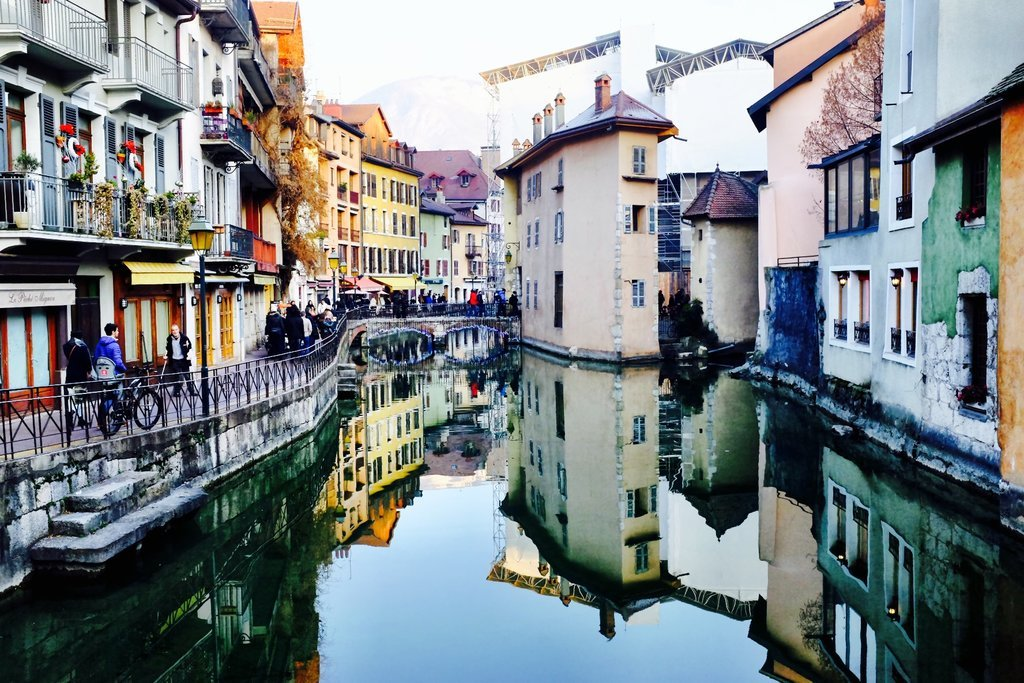 The river Thiou reflects the romantic houses from Annecy