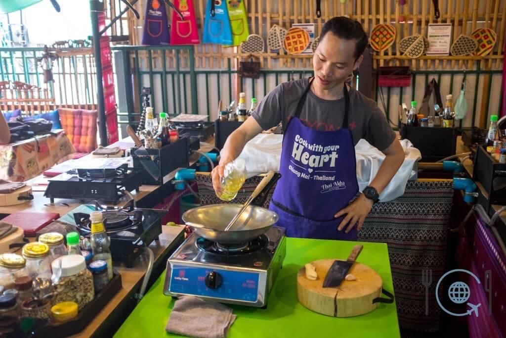 Cooking School Chiang Mai Teacher is demonstrating