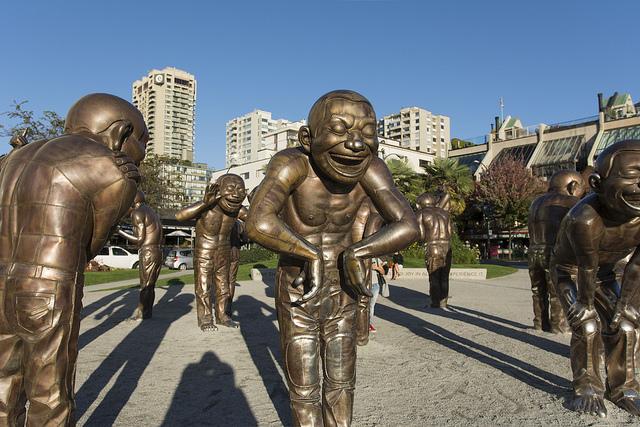 Las estatuas de Yue Minjun