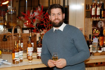 no fee if The River Lee mentioned in caption The River Lee Unveils their Local Taste Toddies on the Terrace Menu Cathal O'Brien at The River Lee's Local Taste Toddies on the Terrace event -photo Kieran Harnett The River Lee Hotel showcase their special Local Taste Toddies on the Terrace menu to be enjoyed during the Christmas and Winter season, which brings together the best local artisan product offerings across food and drink. Visit The River Lee to enjoy Toddies on the Terrace this winter season. For further information, please contact Donna Parsons, Edelman: Email: Donna.Parsons@edelman.com Phone: 01 678 9333| 087 650 1468