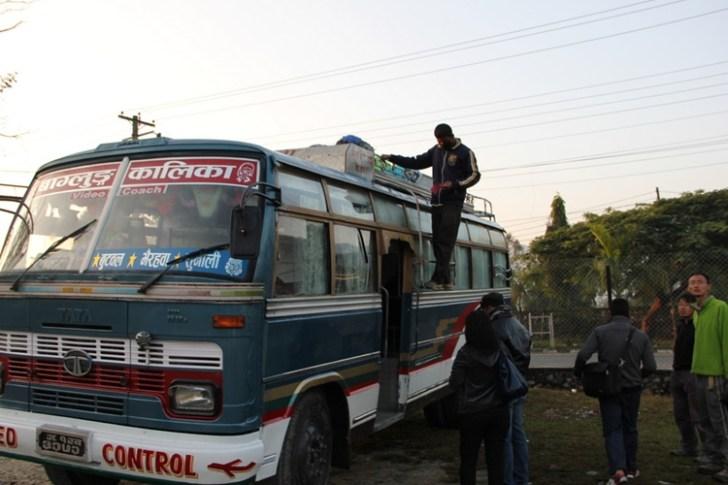 ポカラからナワルパラシのバス