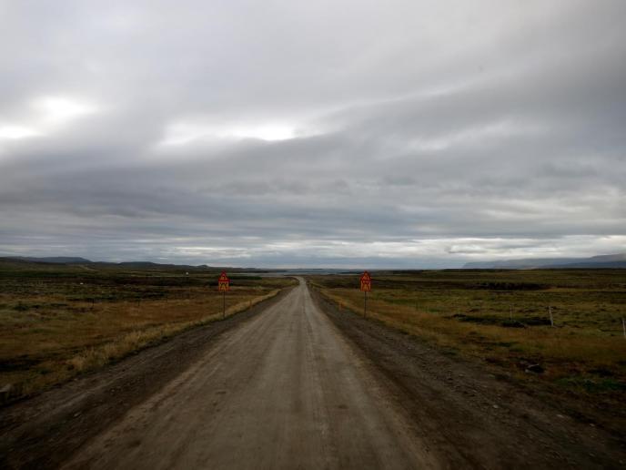 Ellenlange Fahrt auf unbefestigter Straße - Gravel Road