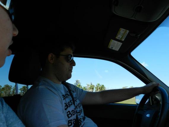 Dre dirigindo nosso carro alugado em Orlando.