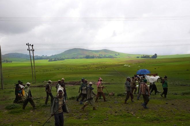 يتعاون القرويون في حمل المريض من قرية لقرية لمسافات طويلة للوصول لأقرب مستشفى