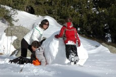 mom and boys pushing snowball3