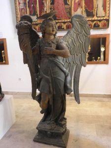 Drvena skulptura anđela