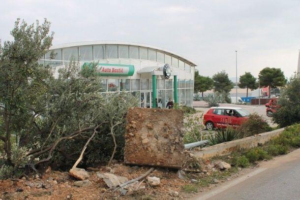 Vozeći se iz smjera Pirovca na ulazu u Vodice vozača je savladao umor