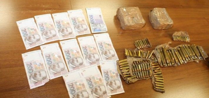 Zaplijenjeni novac, droga i streljivo