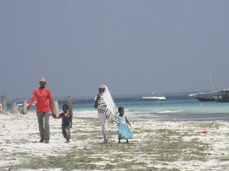 obitelj u šetnji plažom