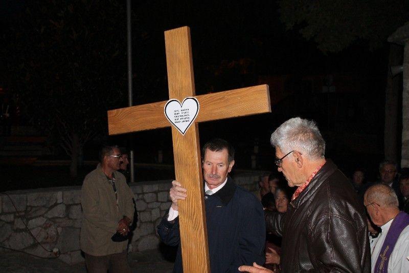 Križ u spomen na petoricu ubijenih Primoštenaca po zapovijedi Stipe Petrine završio u – smeću!