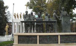 Spomenici u prvom planu, spomenici u drugom planu... - foto TRIS/GŠ