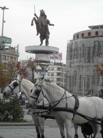 Konji: dva pomična i jedan nepomičan (spomenik) foto TRIS(G. Šimac