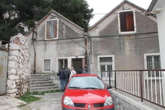 Gradska komunalna služba dobila je nalog da, sredstvima namijenjenim redovnom održavanju, asfaltira Ulicu braće Polić.