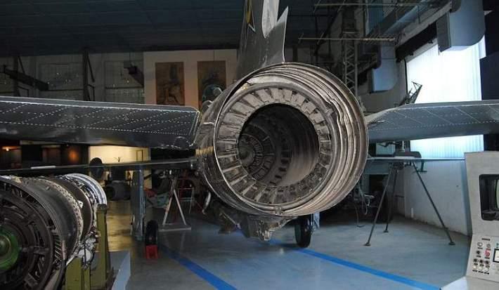 MIG-21 u hangaru čeka servisere