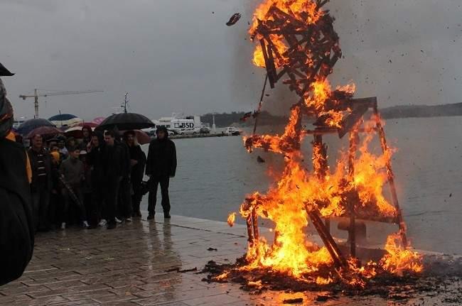Maškare u Šibeniku - Jovanović u plamenu okajao grijehe 290