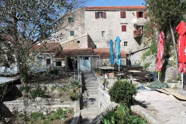 Ostaci vrta nekadašnjeg dominikanskog samostana na čijem mjestu je sagrađena peškarija (Foto: H. Pavić)
